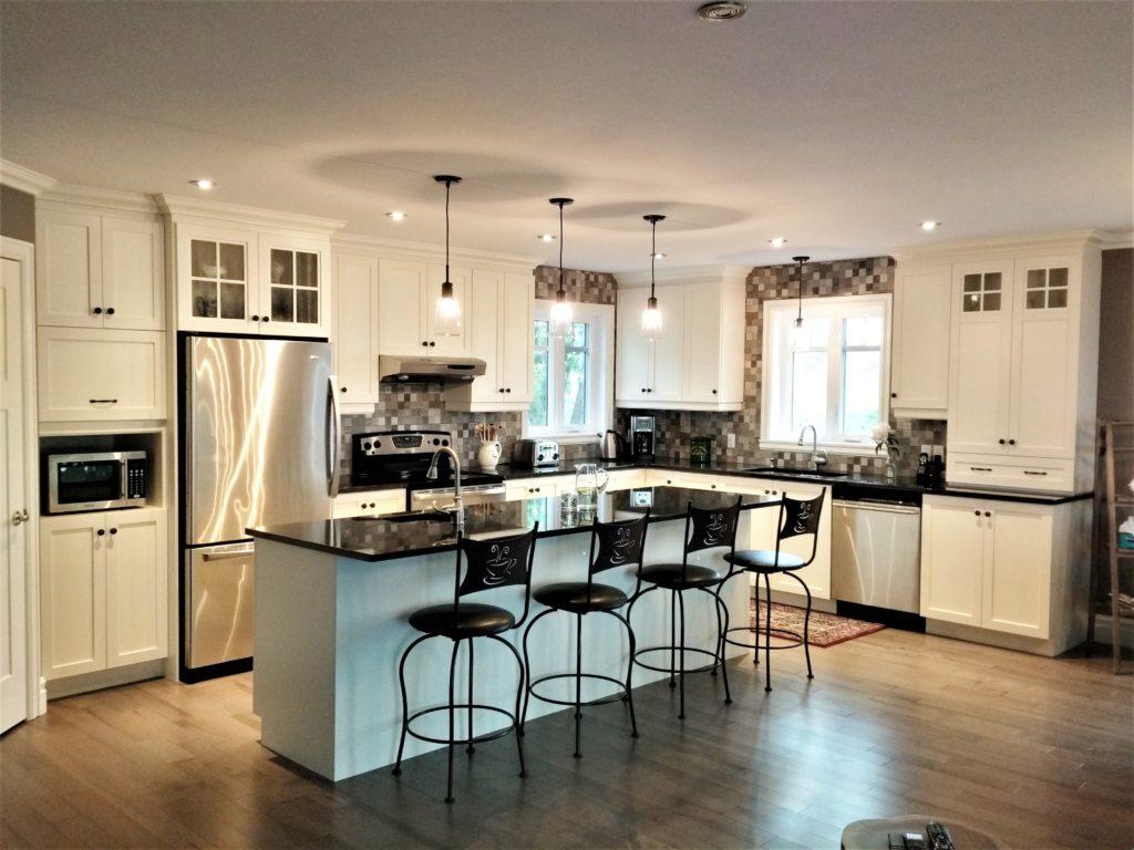 8. Armoires de cuisine de polyester et comptoir de quartz