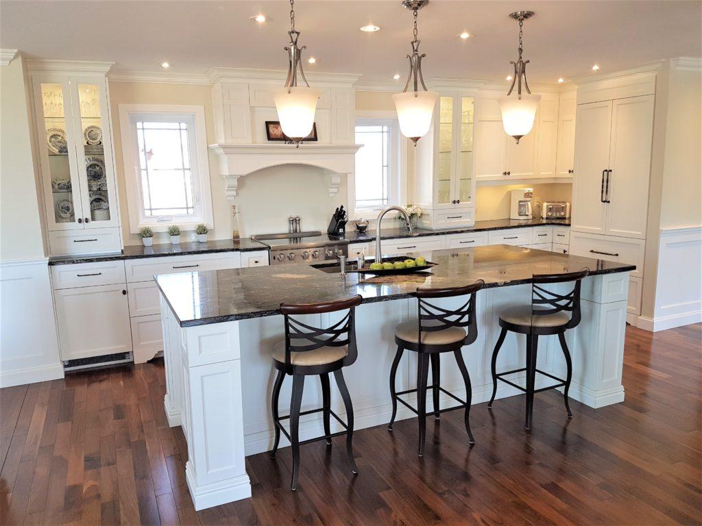 1. Cuisine blanche avec comptoir en granite